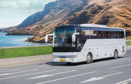 Touristenbusfahrten auf der malerischen Gebirgsstraße