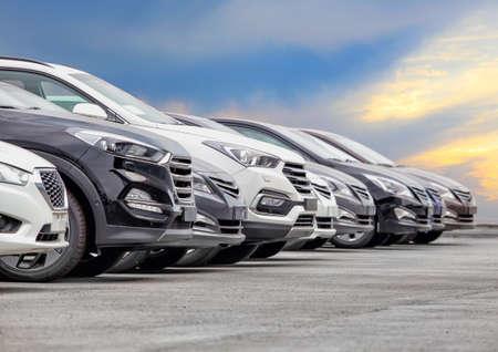 Autos zum Verkauf Lager Lot Row. Autohändler-Inventar