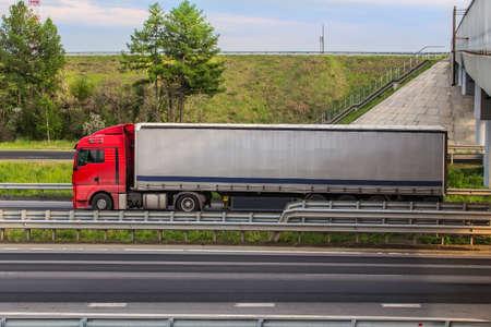 Big Truck geht auf ein automobiles Ergebnis