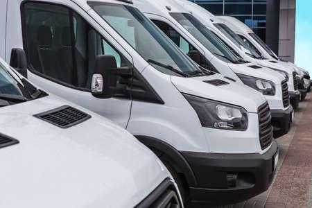 Anzahl neuer weißer Kleinbusse und Lieferwagen draußen Standard-Bild
