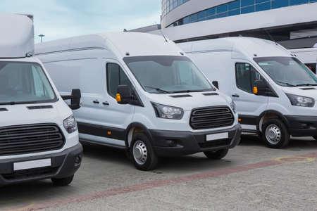 nombre de nouveaux minibus et fourgons blancs à l'extérieur