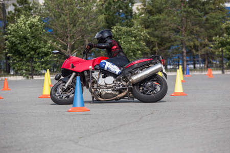 Motorcyclist on a motorcycle at a figure driving competition Imagens