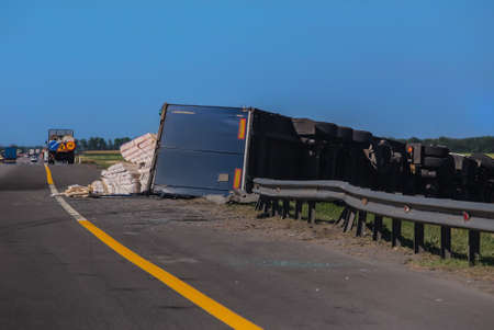 Unfall auf der Straße umgestürzter LKW-Sattelzug mit Ladung