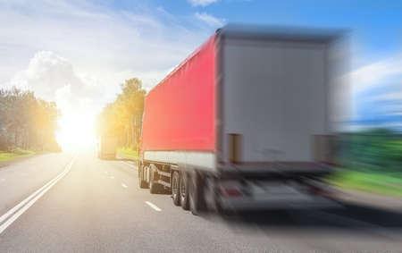 Les camions transportent des marchandises sur une autoroute dans le pays Banque d'images