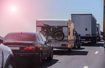 Embouteillage sous le soleil éclatant