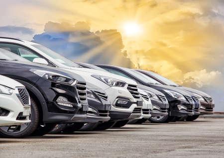 Samochody na sprzedaż w rzędzie partii akcji. Inwentarz dealera samochodowego. Zdjęcie Seryjne