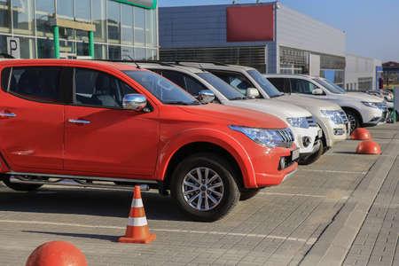 Samochody na sprzedaż w rzędzie partii akcji. Inwentaryzacja dealera samochodowego
