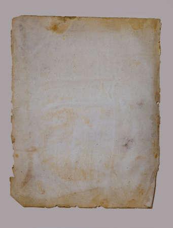 Arkusz starego papieru na białym tle na beżowym tle
