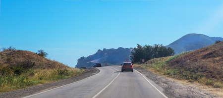 Cars move along a winding mountain road Foto de archivo