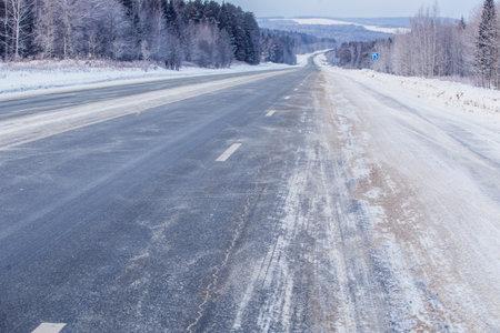 Winter snowy empty highway in a blizzard Standard-Bild