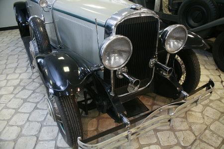Vintage car in garage close-up, detail Standard-Bild