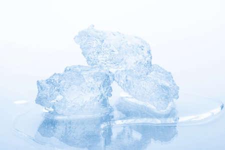 白い背景で隔離砕いた氷