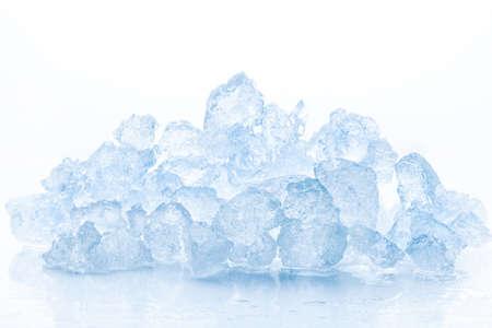 cubetti di ghiaccio: Ghiaccio tritato isolato su sfondo bianco