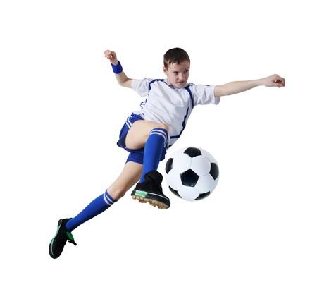 Niño con balón de fútbol, futbolista sobre el fondo blanco. (aislado)