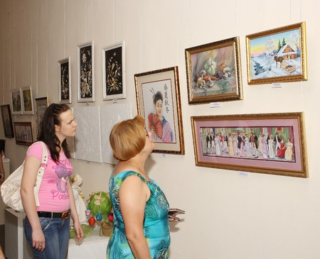 fair woman: MAKEEVKA, DONETSK REGION, UKRAINE - JUNE 18: Opening exhibitions of craftsmen. June 18, 2010 in Makeevka, Ukraine Editorial