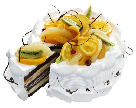 trozo de pastel: Pastel blanco con cerezas y chocolate sobre el fondo blanco. (aislado)