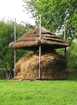hayloft: Antiguo pajar madera ucraniano, agricultura