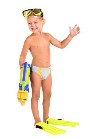 schwimmflossen: kleiner Junge in Flossen und eine Maske mit einer Wasserpistole auf den wei�en Hintergrund