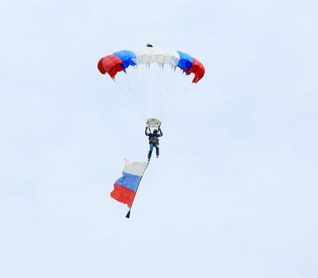 "turismo ecologico: Regi�n de Rostov, Rusia - 18 de abril: paracaidista con la bandera de Rusia. Festival Internacional de turismo ecol�gico ""estepa celebra"" en la regi�n de Rostov, Rusia. 18 de abril 2015. Editorial"