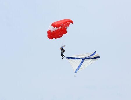 "turismo ecologico: Regi�n de Rostov, Rusia - 18 de abril: Paracaidista con bandera naval de Rusia. Festival Internacional de turismo ecol�gico ""estepa celebra"" en la regi�n de Rostov, Rusia. 18 de abril 2015."