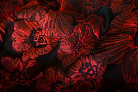 빨간색과 검은 색 플로랄 패턴이있는 털 처리 된 마젤라스 자카드 직물