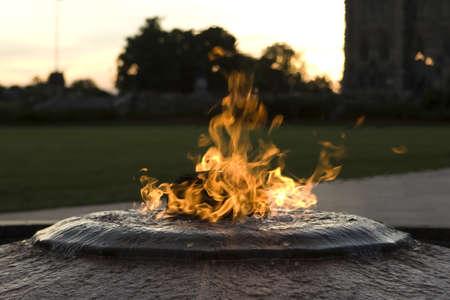 flamme: Kanada Centennial Flame mit dem Houses of Parliament, an der Basis des Friedens-Tower, im Hintergrund Stock Photo