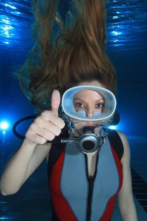 Plongeur Femme signal de la main spectacle Banque d'images