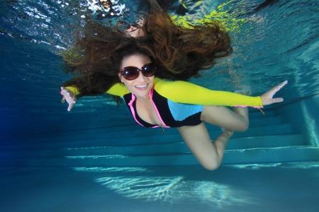 girl underwater: Vrouw onder water