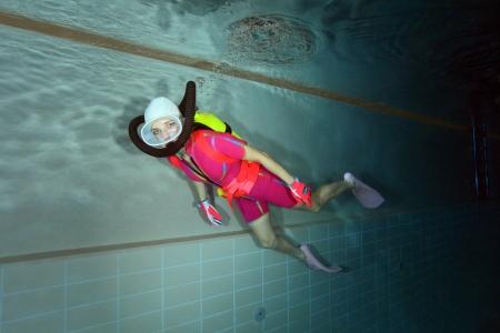 Weibliche Scuba Diver mit Badekappe