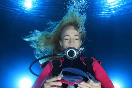 Frau Taucher unter Wasser ohne Maske