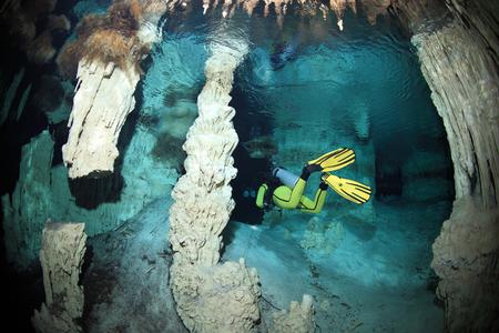 Cavediving in de cenote onderwater grot Stockfoto
