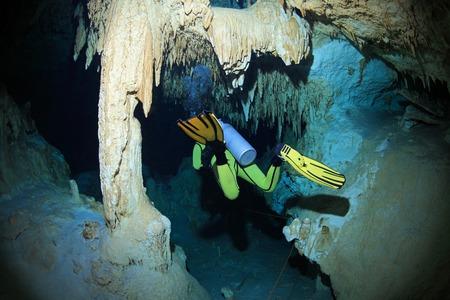 Grot duiken in de cenote onderwater grot