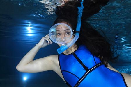 picada: Mujer buceador bajo el agua