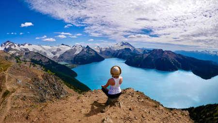 paz interior: Paz interior. Mujer que hace yoga en la naturaleza. Panorama Ridge. Lago Garibaldi. Garibaldi Provincial Park. Whistler. Columbia Británica. Canadá.