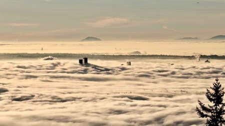 Vancouver centrum bedekt met mist gezien vanaf Cypress Mountain. Noord Vancouver. British Columbia. Canada.