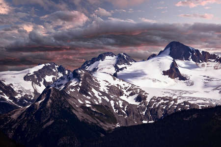 Scenic view of snow covered mountain peaks at sunrise.  Overlord Mountain. Garibaldi Provincial Park near Whistler Village. British Columbia. Canada. Imagens