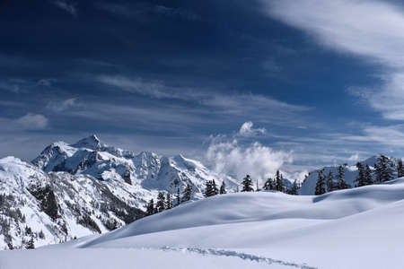 Snowy landscape with mountains, hills and trees covered with  fresh snow after heavy snowfall. Mount Shuksan. Artist Point. Washington. United States of America. Banco de Imagens