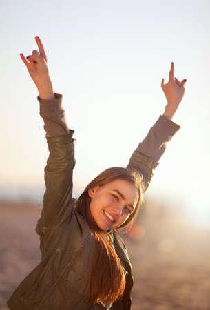 rocker girl: La muchacha muestra signo de los cuernos. Tiro al aire libre Foto de archivo