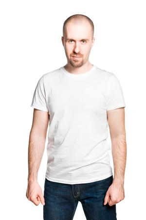 hombre calvo: Hombre sonriente hermoso con los puños apretados en la camiseta blanca y pantalones vaqueros azules aislado en blanco Foto de archivo