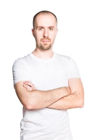 hombre calvo: Apuesto joven con los brazos cruzados en la camiseta blanca aislada en blanco