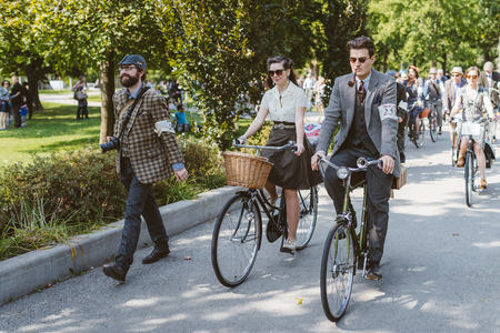 Toronto, Canada - September 20, 2014: Unidentified participants of Tweed Ride Toronto riding on their bicycles. This annual event also known as Tweed Run is dedicated to the style of old England: people dress up in vintage style clothes and try to reconst Редакционное