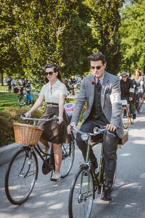 ツイード乗ってトロントのトロント, カナダ - 2014 年 9 月 20 日: 正体不明参加者の自転車に乗ってビンテージ スタイルの服。このイベントは、オール 報道画像