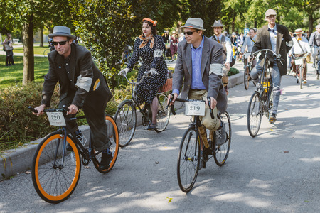 Toronto, Canada - September 20, 2014: Unidentified participants of Tweed Ride Toronto in vintage style clothes riding on their bicycles. This event is dedicated to the style of old England Фото со стока - 54682372