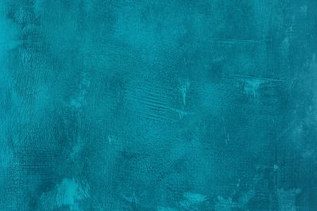 Rasguñada vieja y agrietada pared pintada de azul. Resumen de fondo con textura de color turquesa, plantilla vacía