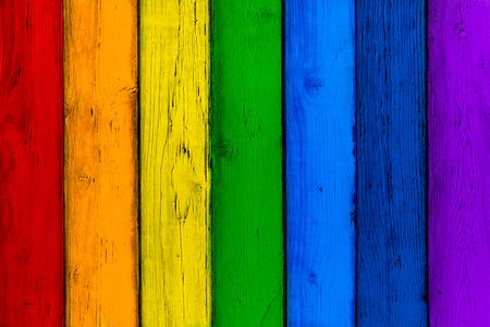 天然木製虹色のボード。塗装済み完成品木製色とりどりの垂直板。抽象的なテクスチャ多くの色の背景、空のテンプレートです。木の板を赤、オレ