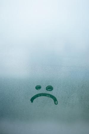 霧のガラス背景の悲しい笑顔碑文 写真素材