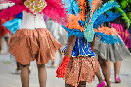 カラフルな羽のカーニバル パレード参加者の背面します。クローズ アップ写真