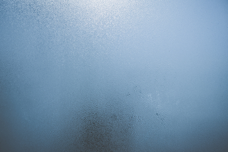 condensaci�n: Closeup on fog condensation on window glass background