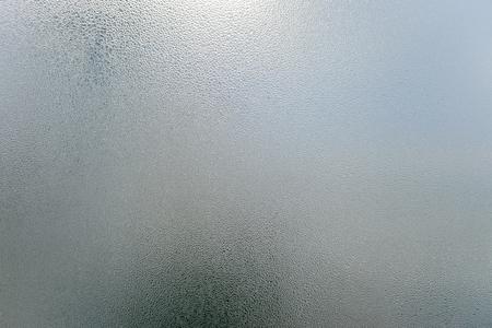 condensacion: Primer en la condensación de niebla en el fondo cristal de la ventana