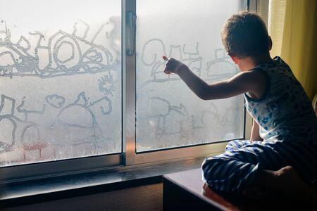 曇りガラスの窓、クローズ アップからお探しの子供 handrawning の背面します。 写真素材
